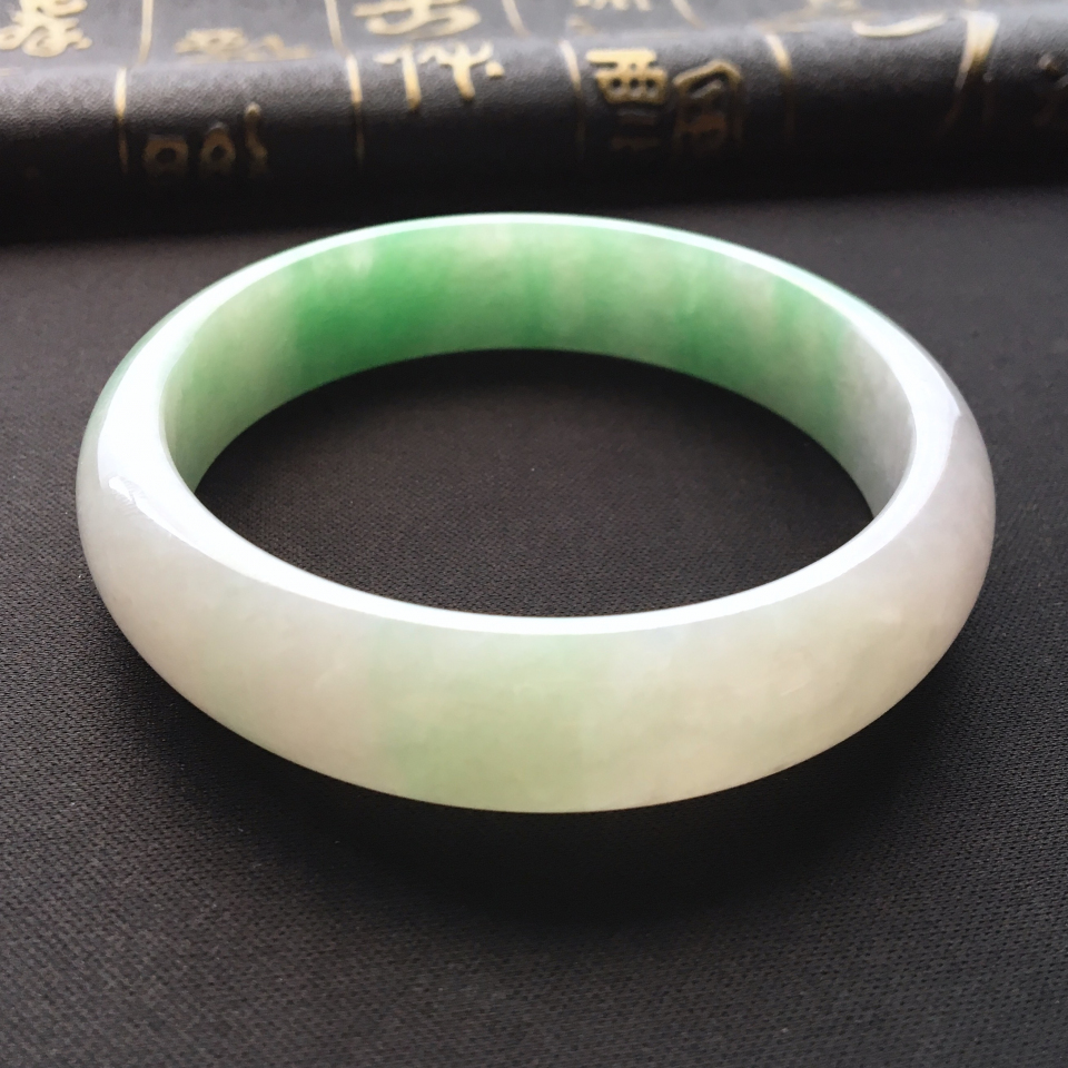 冰种飘绿翡翠手镯 第9张