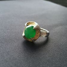 糯冰种阳绿翡翠戒指镶彩金钻石