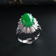 糯冰种翠绿翡翠戒指 镶白金钻石
