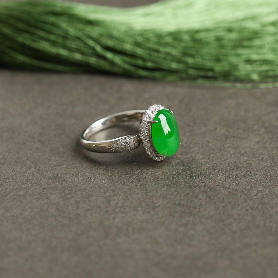 冰种翠色翡翠戒指 镶白金钻石第1张