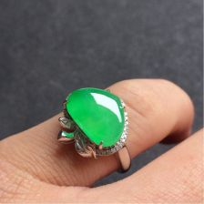 苹果绿冰种翡翠戒指镶白18K金钻石