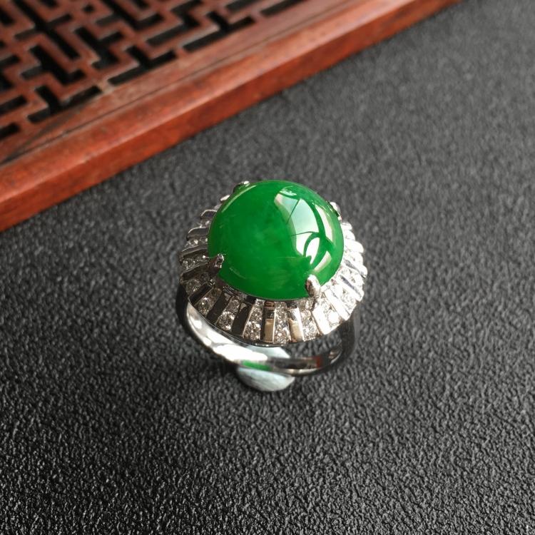 阳绿糯冰种翡翠戒指(镶白金钻石)