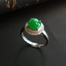 糯冰种翠色翡翠戒指镶白金钻石