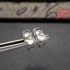 冰种起莹光无色葫芦翡翠耳钉一对 镶白金钻石