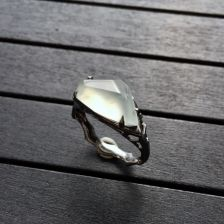 冰种淡晴水随形翡翠戒指 镶乌金