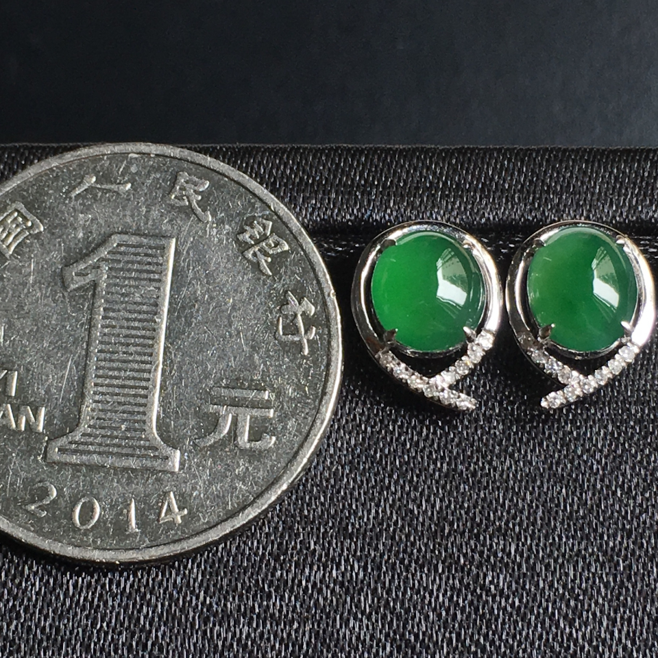 冰种阳绿蛋面翡翠耳钉 镶白18K金钻石第7张