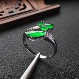 冰种翠色花型翡翠戒指 镶白金钻石