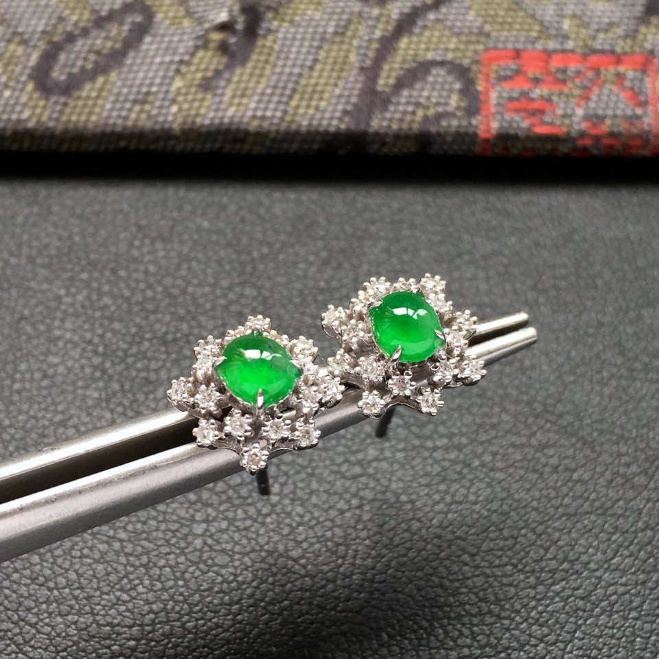 冰种阳绿雪花形翡翠耳钉一对 镶白金钻石第1张
