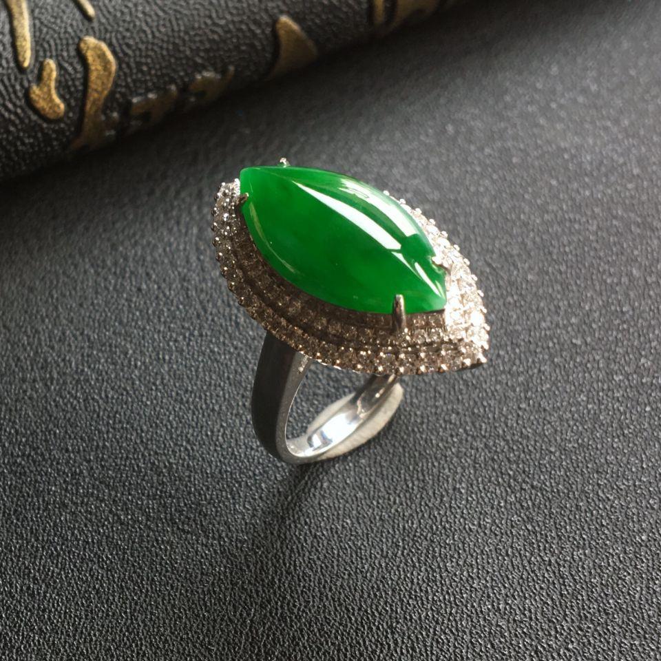 糯冰种阳绿马眼翡翠戒指 镶白金钻石