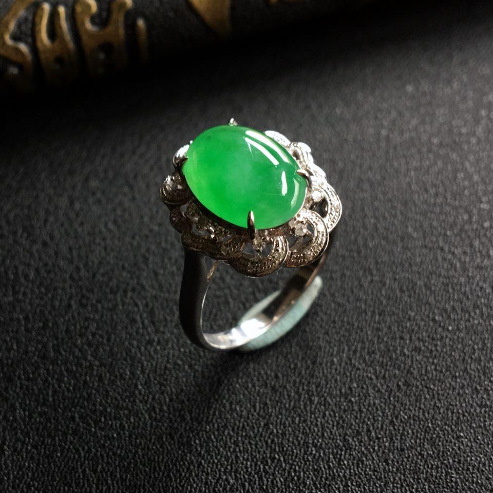 糯冰种飘绿翡翠戒指镶白金钻石