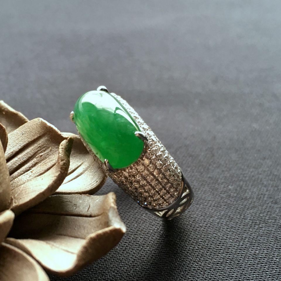 糯冰种阳绿翡翠戒指镶白金钻石