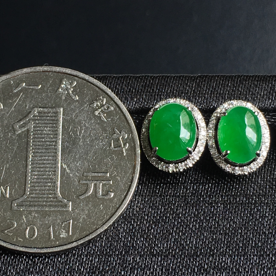 糯冰种阳绿蛋面翡翠耳钉 镶白18K金钻石第7张