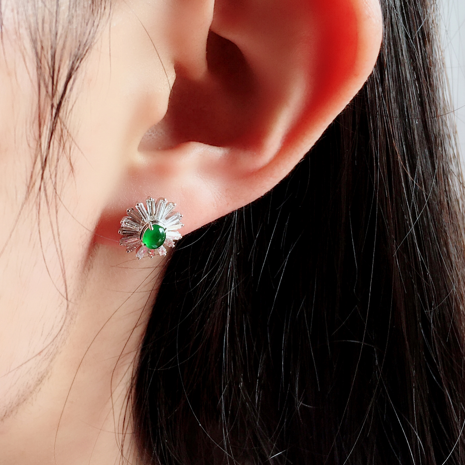 阳绿冰玻种翡翠耳钉一对 镶白金钻石第8张