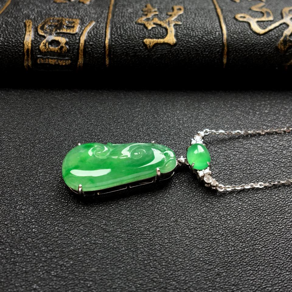 冰种飘翠如意锁骨翡翠链 镶白金钻石第4张