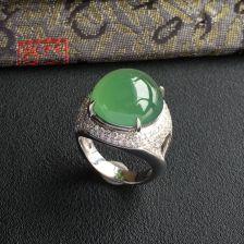 糯冰种晴水翡翠戒指镶白金钻石