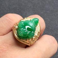翠色糯冰种翡翠男戒 镶黄18K金钻石蓝宝石