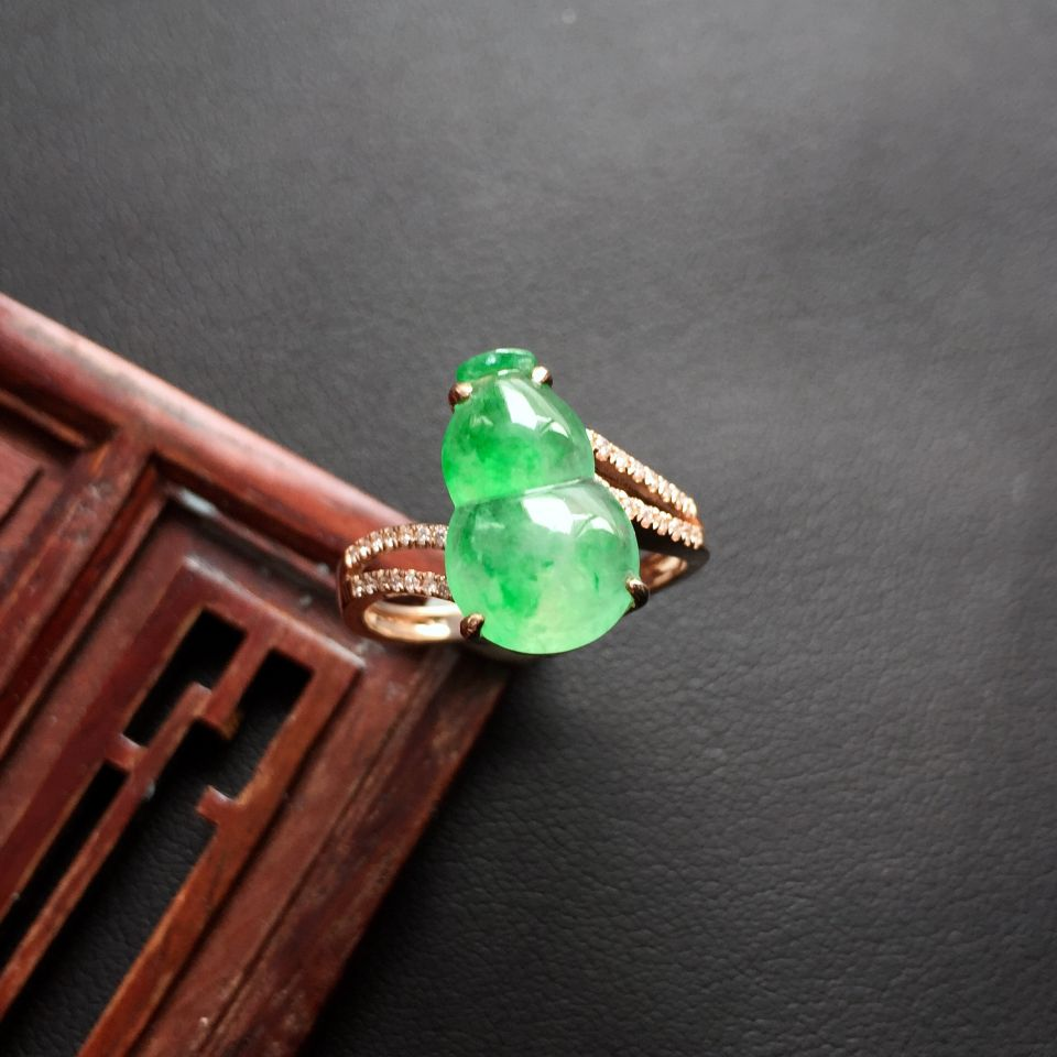 冰种飘翠葫芦翡翠戒指 镶玫瑰金钻石
