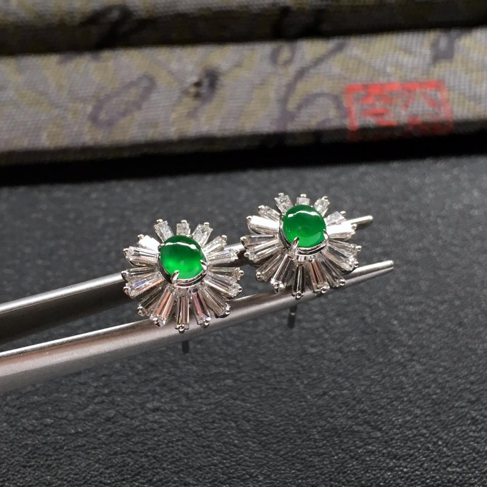 阳绿冰玻种翡翠耳钉一对 镶白金钻石