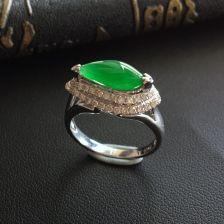 糯冰种阳绿随形翡翠戒指 镶白金钻石