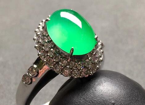 高冰种阳绿镶金天然翡翠戒指.jpg