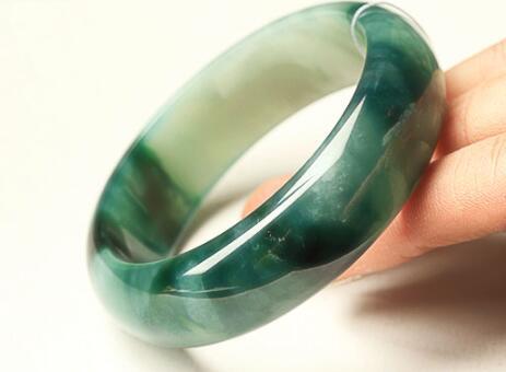 翡翠手镯也有正圈镯和圆镯之分,赶紧看看你戴的是哪一种