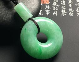 圆圆的翡翠平安扣,寓意着圆满幸福