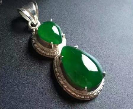 帝王绿翡翠与天然祖母绿价格对比,谁更胜一筹?
