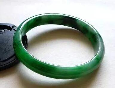 在翡翠绿色等级中,翡翠辣绿属于什么等级?其价格便宜嘛?