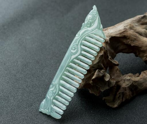 翡翠梳子的寓意,是爱情的象征