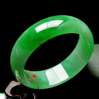 翡翠绿色比白色好吗