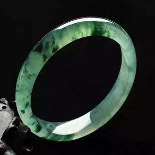翡翠手镯颜色变绿是假的吗