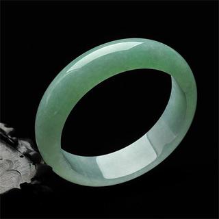 淡绿色翡翠手镯价格多少