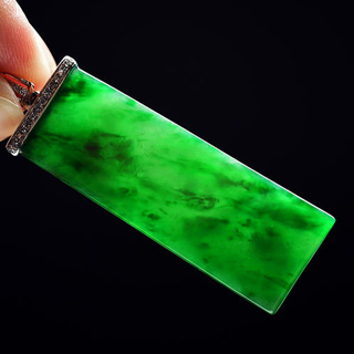 正阳绿和果绿翡翠无事牌哪个好