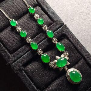 特惠价❤。冰种阳绿蛋面锁骨项链,色阳绿,起荧光,别致大方,裸石:8.5-6.8-3,4.7-4-2.5mm