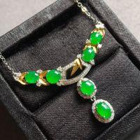 冰种阳绿蛋面锁骨项链,有种有色,起荧光,轻奢设计,裸石:5.6-4.2-3.1mm。完美