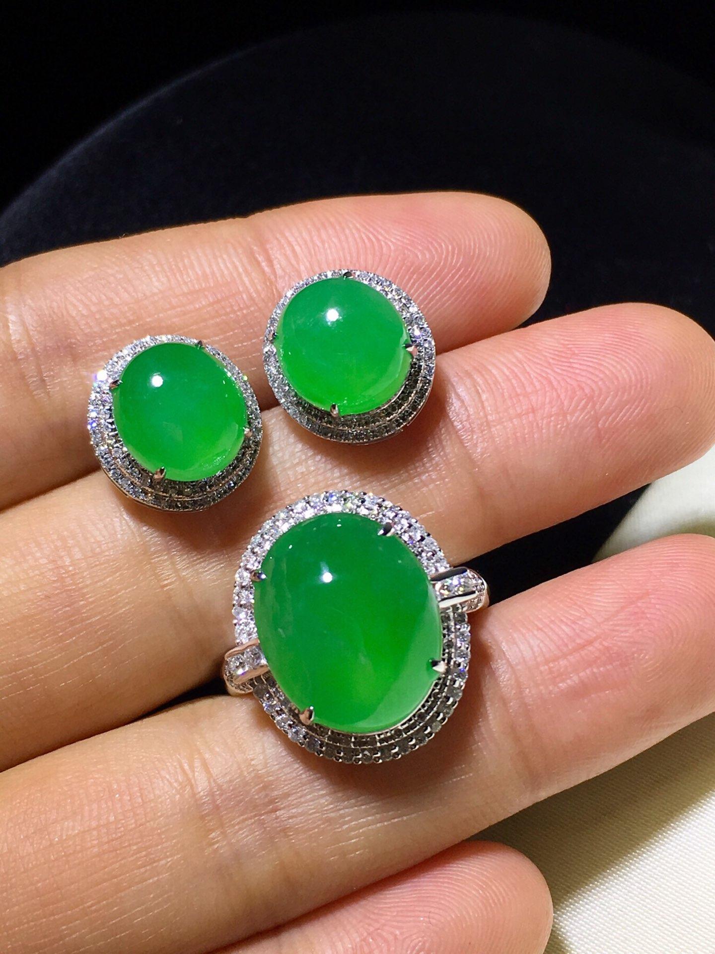 冰綠蛋面套裝,裸石尺寸:14.5/11.6/5.5 9.2/8.5/4.5  完美 價:耳釘單。戒指單價:2.8W