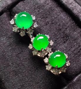 一套,冰阳绿套装,耳钉➕戒指。色辣水润,完美无裂,戒指裸石6.8/3.8耳钉裸石5.6/6.3/3.8