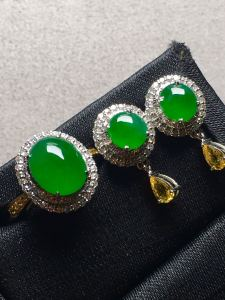 套阳绿蛋面戒指、耳钉套装,冰透水润,完美。戒指裸口:9.3-7.7-5,耳钉裸石:6.2-5.8
