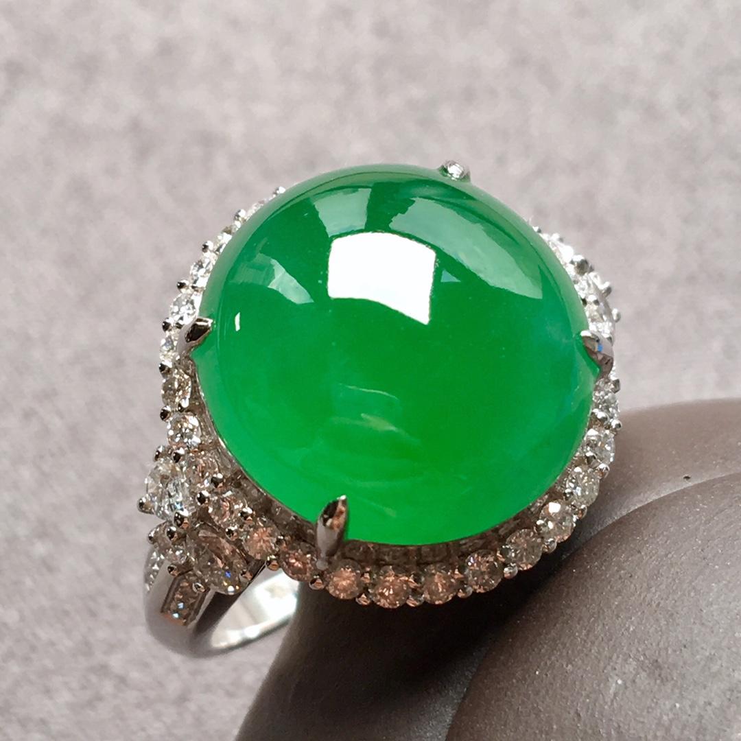 高冰种阳绿大蛋面戒指,整体:17-16.8-11,裸石:14.5-13.8-6.1mm。