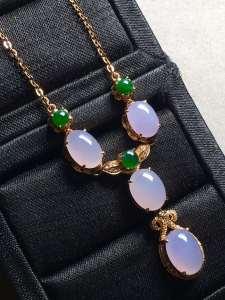 紫罗兰蛋面锁骨项链,冰透水润,优雅完美。裸石大:9.1-6.6-5,小:7.7-5.7-5