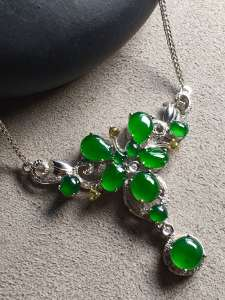 价❤阳绿蛋面锁骨项链,冰透水润,优雅完美。裸石大:5.6-5.6-4,小:3.6-3.2-3
