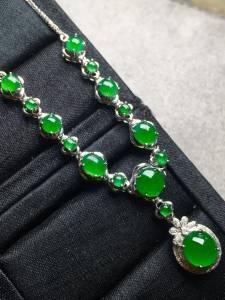 正阳绿蛋面晚装项链,色阳,冰透,完美裸石最大:7.3-6.7-3,最小:2.5-2.4-2