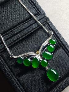 价❤高冰帝王绿蛋面锁骨项链,高冰透,优雅完美。裸石大:9-6.9-3,小:5-3.5-3