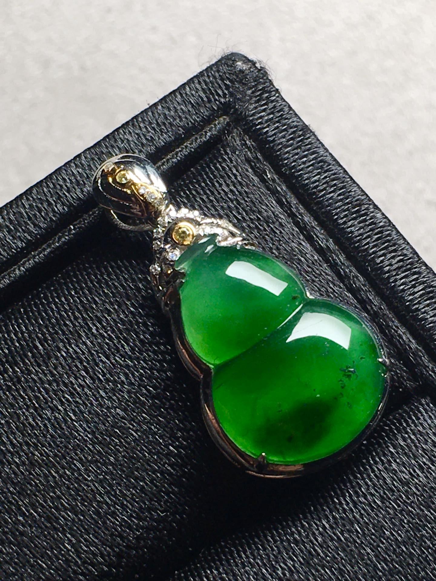 价❤高冰帝王绿葫芦吊坠,色辣,冰透完美。裸石:15-10.7-5