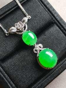 五一特惠价冰阳绿蛋面锁骨项链,冰透水润,色阳饱满,完美。裸石:10.5-9.4-5,8.7-7.1-4