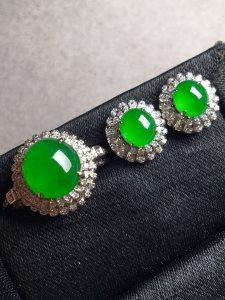 价❤正阳绿蛋面套装,种色兼备,完美无瑕。裸石最大:8.5-8.5-4.8,裸石最小:5.8-5.2-3.5