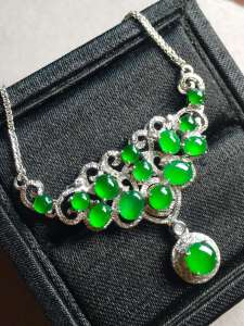 价❤正阳绿蛋面锁骨链,颗颗透亮,精致优雅,水润完美。裸石最大:4.8-4.7-2 裸石最小:3-2.6-1.5