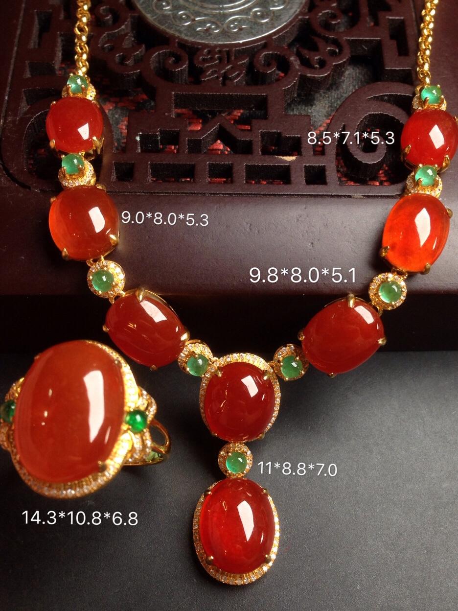 价:一套【高冰红翡翠,晚装链套装】喜庆红艳,高贵大方,冰透润水细腻,大件完美,18k金华奢钻镶石嵌☕