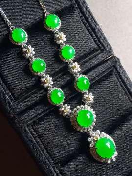 正阳绿蛋面锁骨链,裸石最大:8.5-7.3-3.6