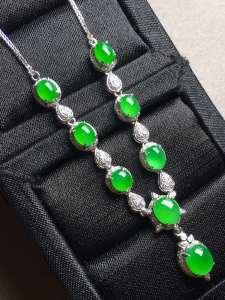价❤正阳绿蛋面锁骨项链,冰透色阳,优雅完美。裸石大:6.2-5.3-4,小:4.7-3.7-3